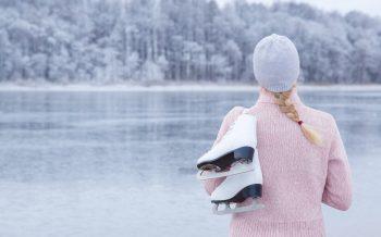 Eislaufen Hotel zur Post Blick mit Eislaufschuhe am See