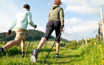 Nordic Walking Hotel zur Post Walker unterwegs in der Natur