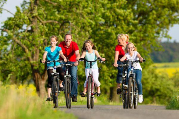 Lust auf Bewegung Hotel zur Post Familie beim Radfahren