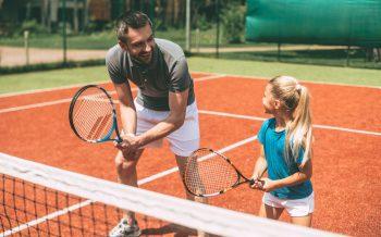 Tennis Hotel zur Post Tennisplatz Lehrer mit Schülerin