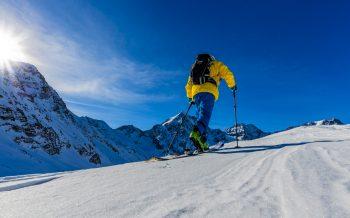 Skitour Hotel zur Post Aufstieg zur Skitour bei blauen Himmel